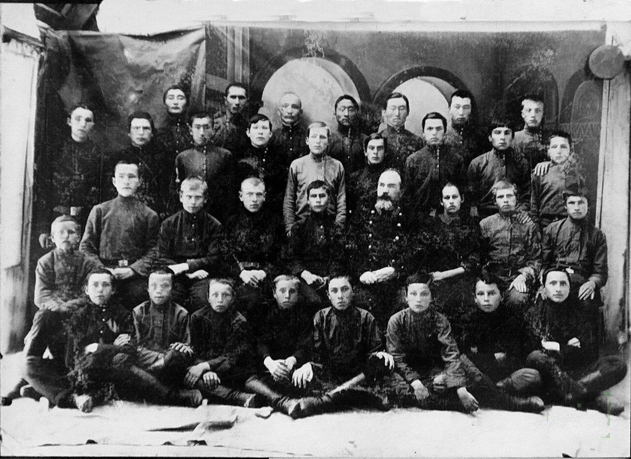 Ученики четвертого класса Пржевальского высшего начального училища.1916.
