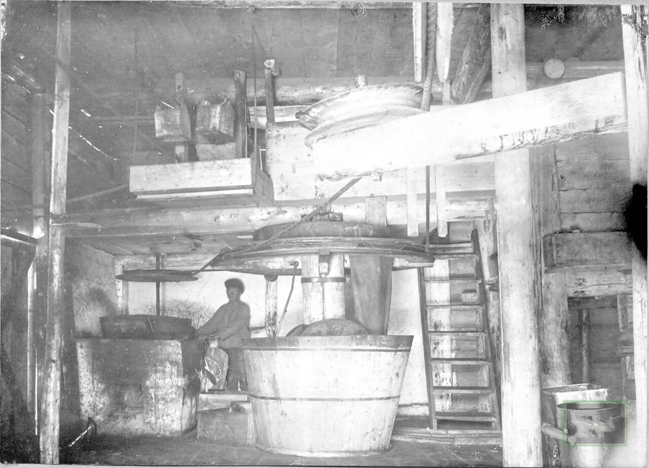Внутренний вид маслобойного завода. Пржевальск. 1914