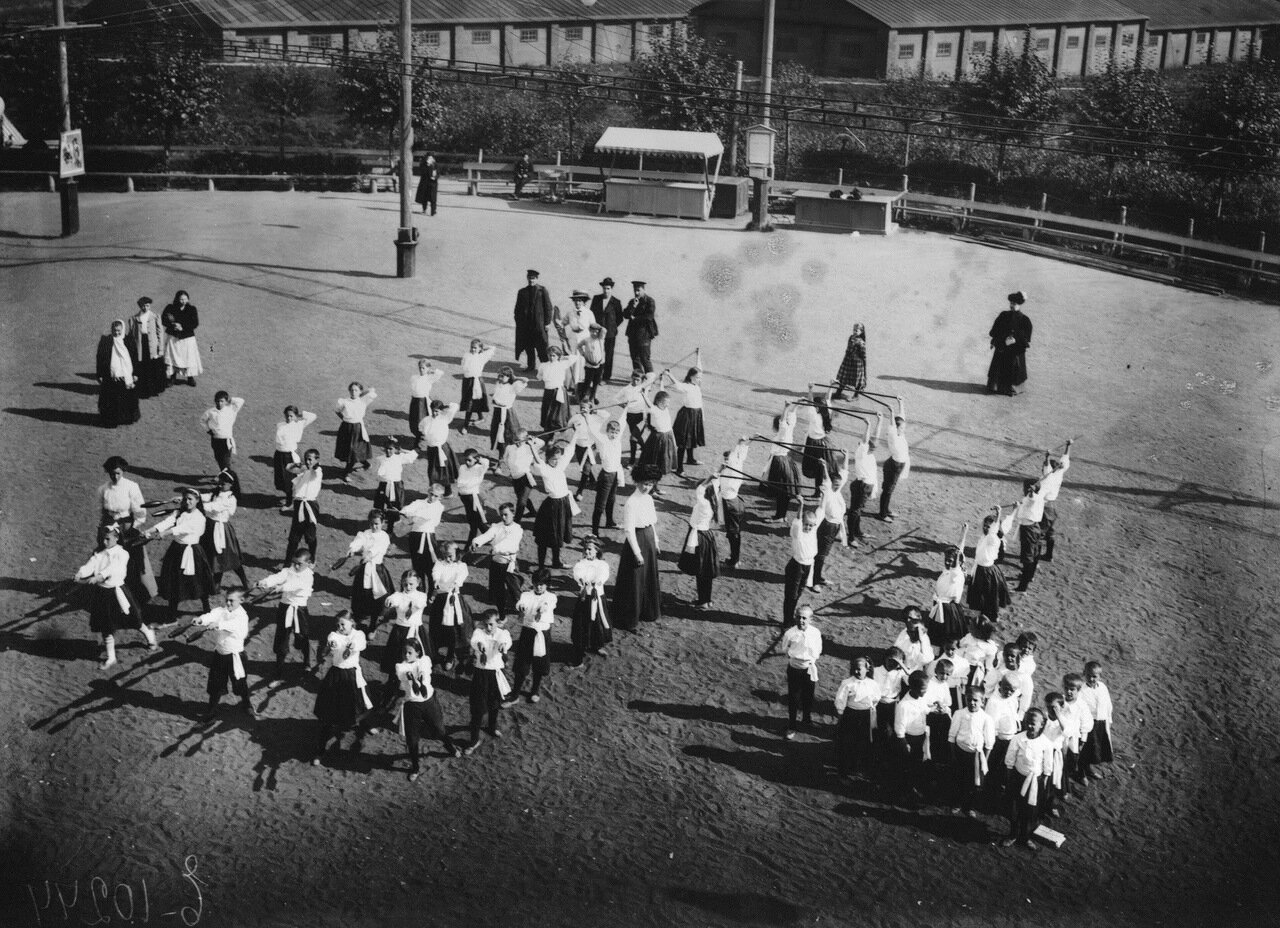 Народный дом Николая II. Урок гимнастики на детской площадке в день закрытия городских площадок доктором Е. Н. Замсской