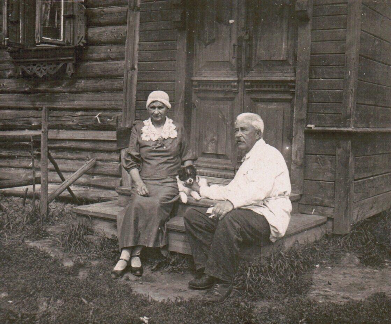 1940 год. Александр Воробьев с женой Марией Козьминичной на даче в Малом Ярославце