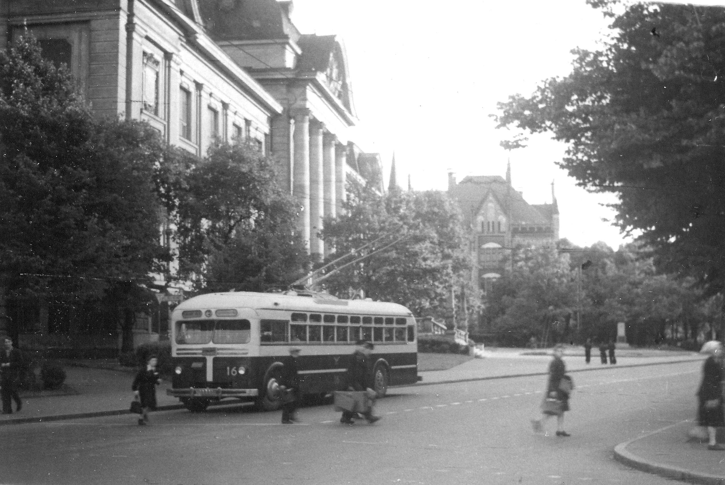 1948. Троллейбус №3 едет по улице Горького и пересекает улицу Кирова
