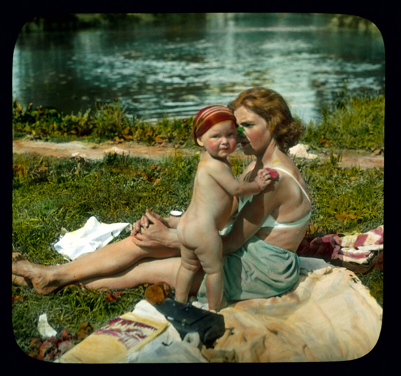 Санкт-Петербург. Женщина с ребенком на пляже Елагиного острова