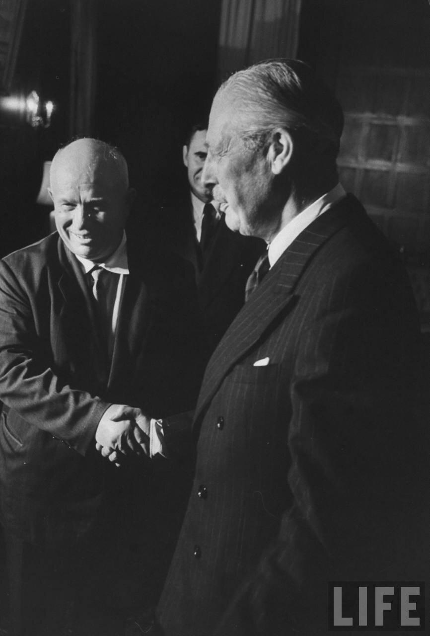 Никита Сергеевич Хрущев  и Гарольд Макмиллан: рукопожатие во время встречи на заседании в Организации Объединенных Наций