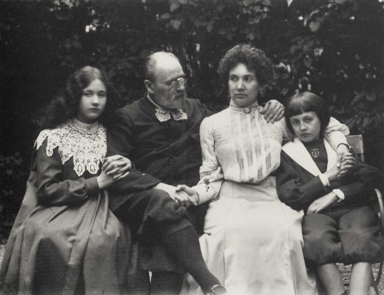 Групповой портрет семьи писателя
