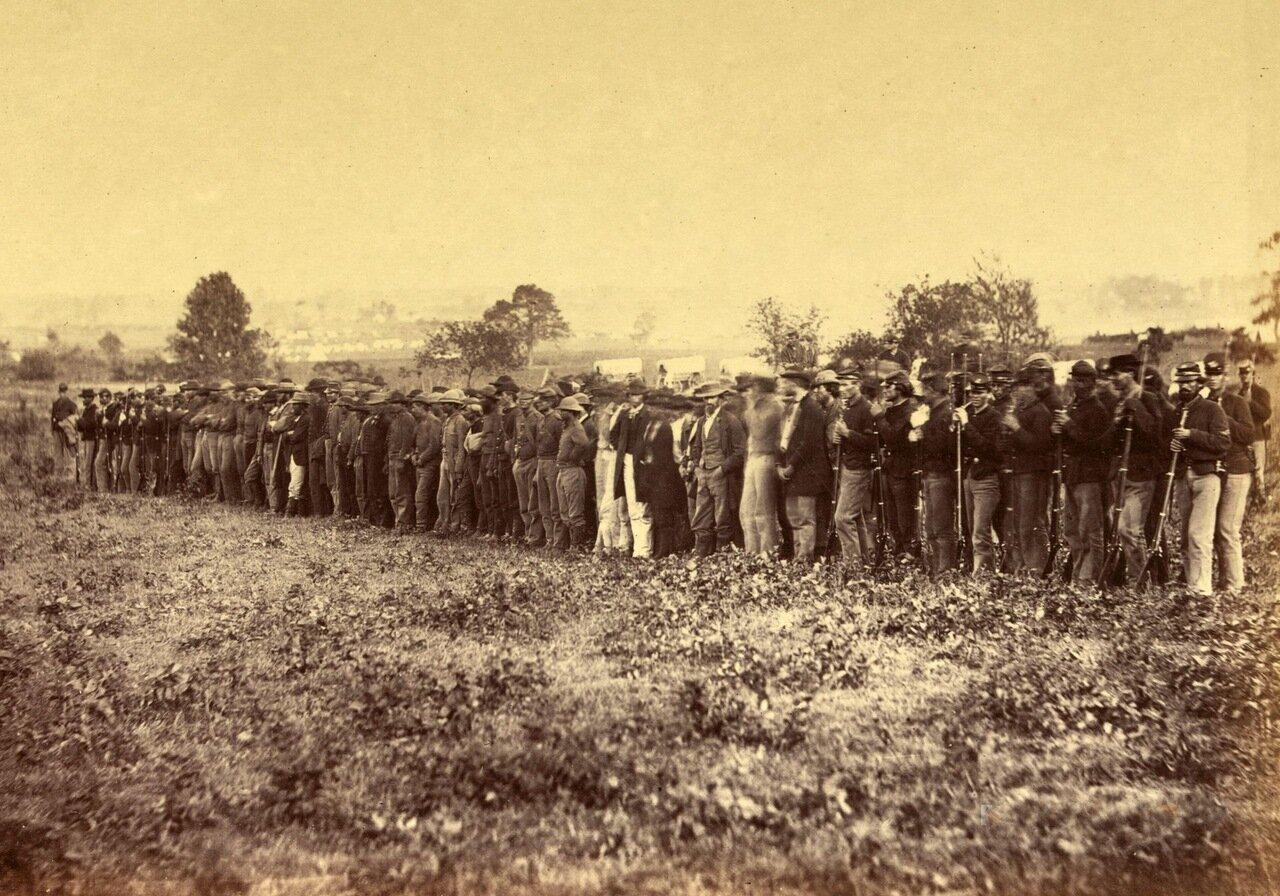 Группа военнопленных конфедератов возле здания суда в Фэрфаксе, штат Вирджиния. Июнь 1863 г.