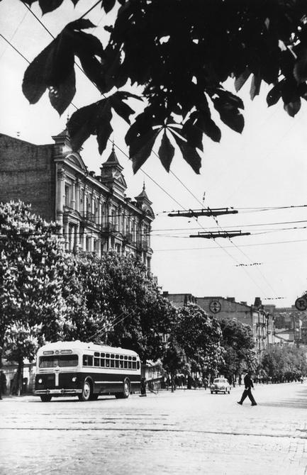 1951.05.07. Угол улиц Ленина (сейчас улица Богдана Хмельницкого) и Владимирской