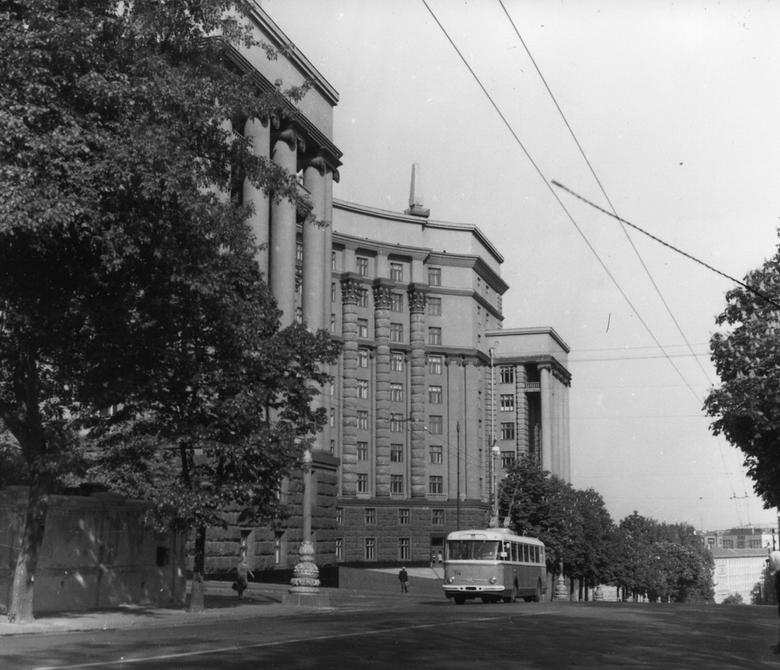 1967. Троллейбус на улице Кирова (сейчас улица Грушевского). Фото: Плаксин М.
