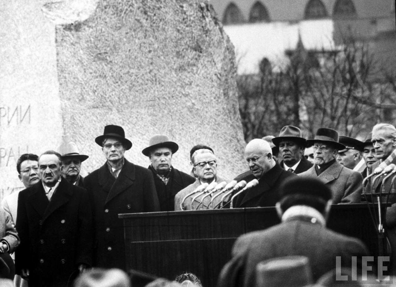 Н.С.Хрущёв официально объявляет на митинге о смерти Вождя.