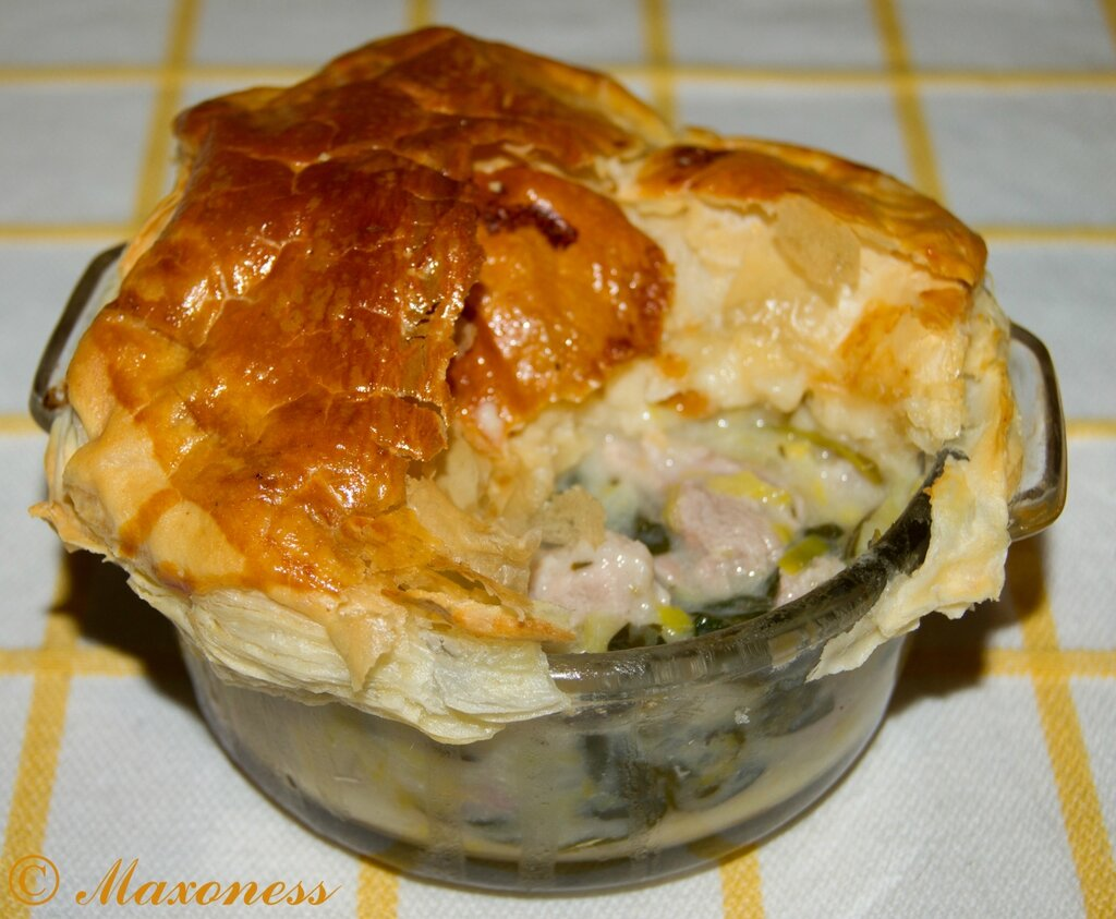 Пай со свининой, луком-пореем и шпинатом. Британская кухня