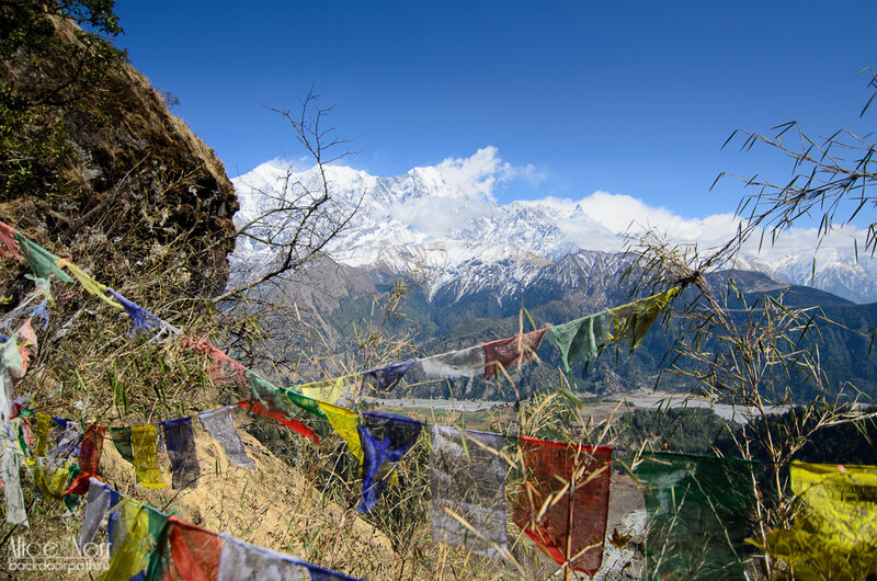 горы, буддистские флажки с мантрами, гималаи, снежная гряда, непал
