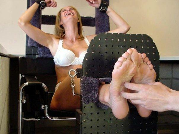 Как щекотать девушку за ноги фото