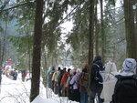 013 Гуськом по тропе идут тысячи туристов.JPG