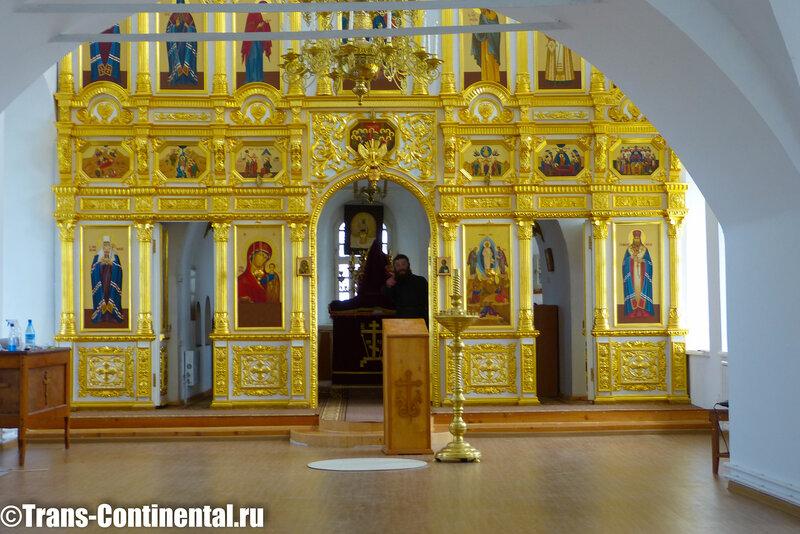 Посольский монастырь: иконостас в храме