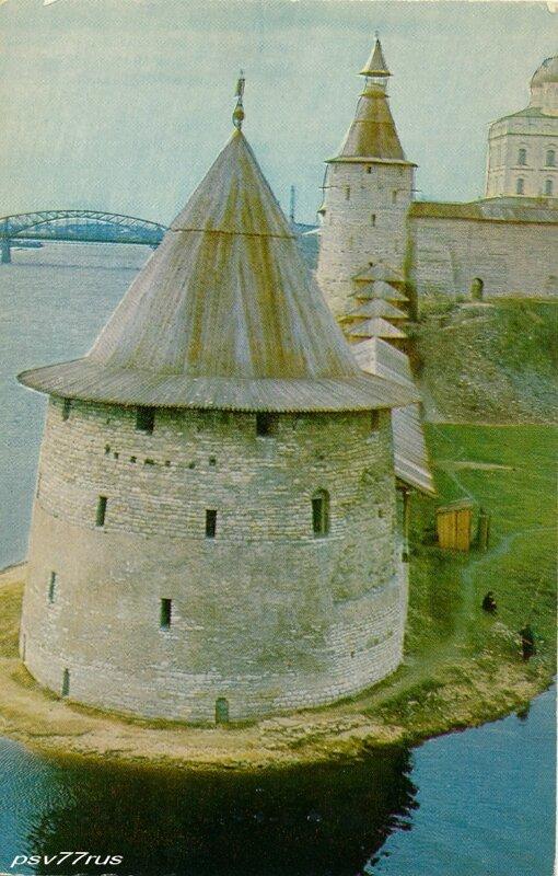 Псков.  Стены Довмонтова города (XIII век) и Троицкий собор.