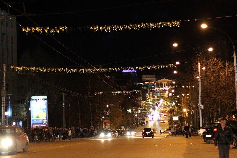 ул. К. Маркса ночью, люди возвращаются с праздничного фейерверка