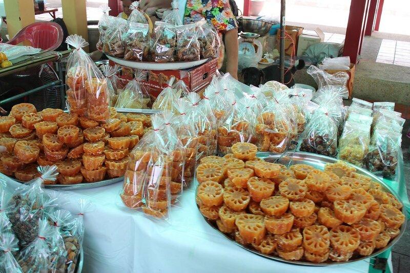 засахаренный корень лотоса и другие сладости на рынке Талинг Чан