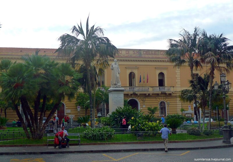 Площадь в историческом центре города со статутей Св. Antonino
