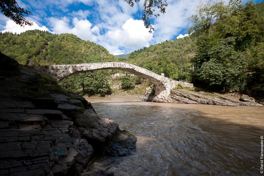Мост Махунцети и крепость Гонио.