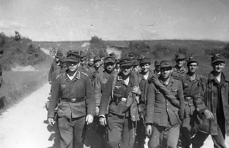 Колонна пленных немцев на марше на Восточном фронте