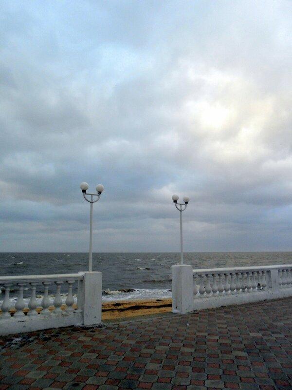 В марте, вечером у моря