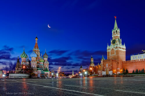 Классический вид Красной площади с луной.