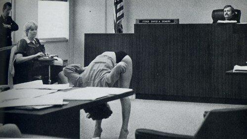 <br/>Стриптизерша из Клируотер, Флорида, доказывает судье, её трусы достаточно велики и прикрывают влагалище