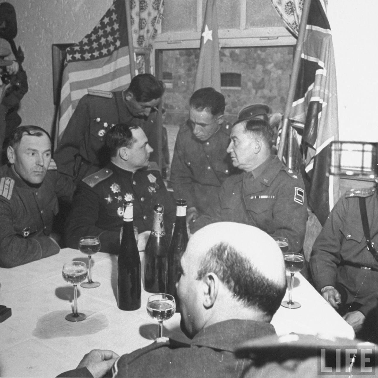 Генерал-майор Владимир Русаков и генерал-майор Эмиль Ф. Рейнхардт разговаривают через переводчика после обмена несколькими тостами