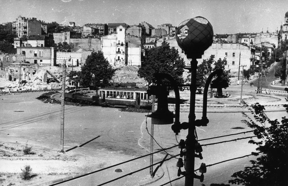 1944. Панорама южной части площади Калинина (теперь площадь Майдан Незалежности) и трамвайное кольцо на площади