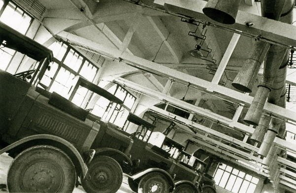 Cars in the garage, 1933. Photo by Boris Ignatovich.