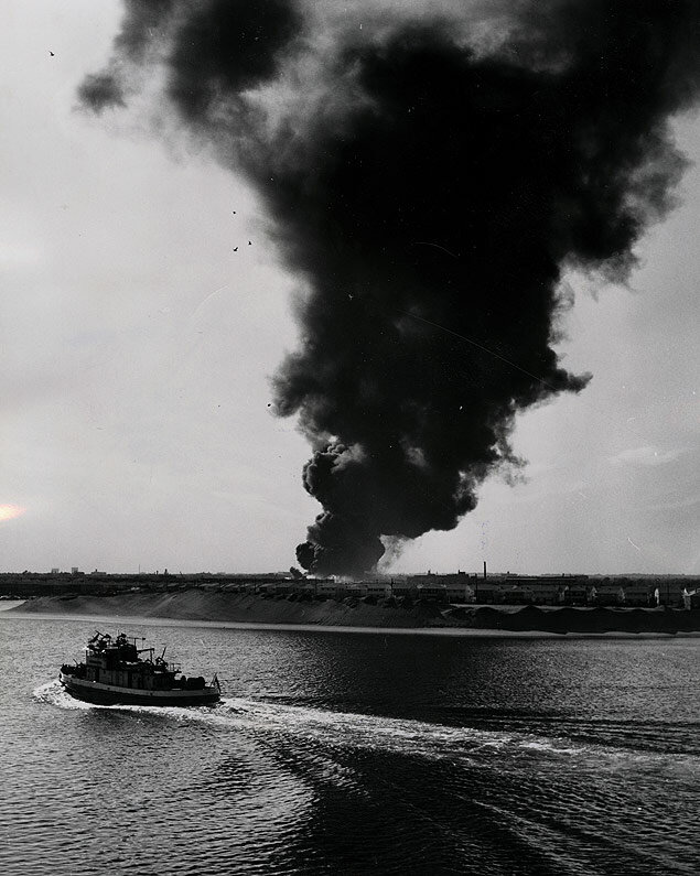 A fireboat races to the scene of a fire at the Sinclair Refinery in the Mill Basin area of the Brooklyn waterfront