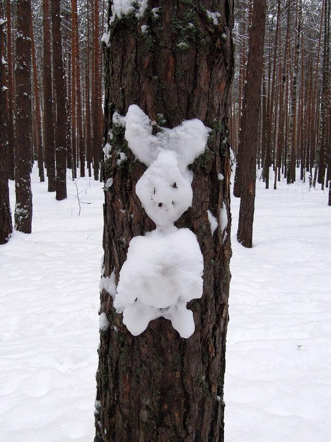 снежные фигуры на столбах