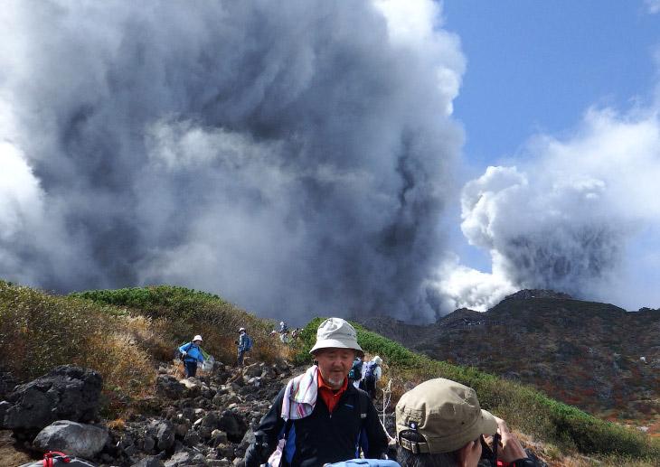 1. Извержение вулкана Онтакэ в Японии, 27 сентября 2014. Найди вертолет. (Фото Reuters | Kyodo):