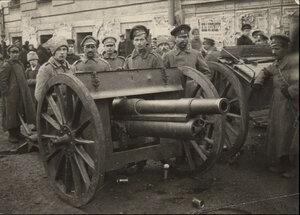 Большевики с пушкой возле здания Совета рабочих депутатов
