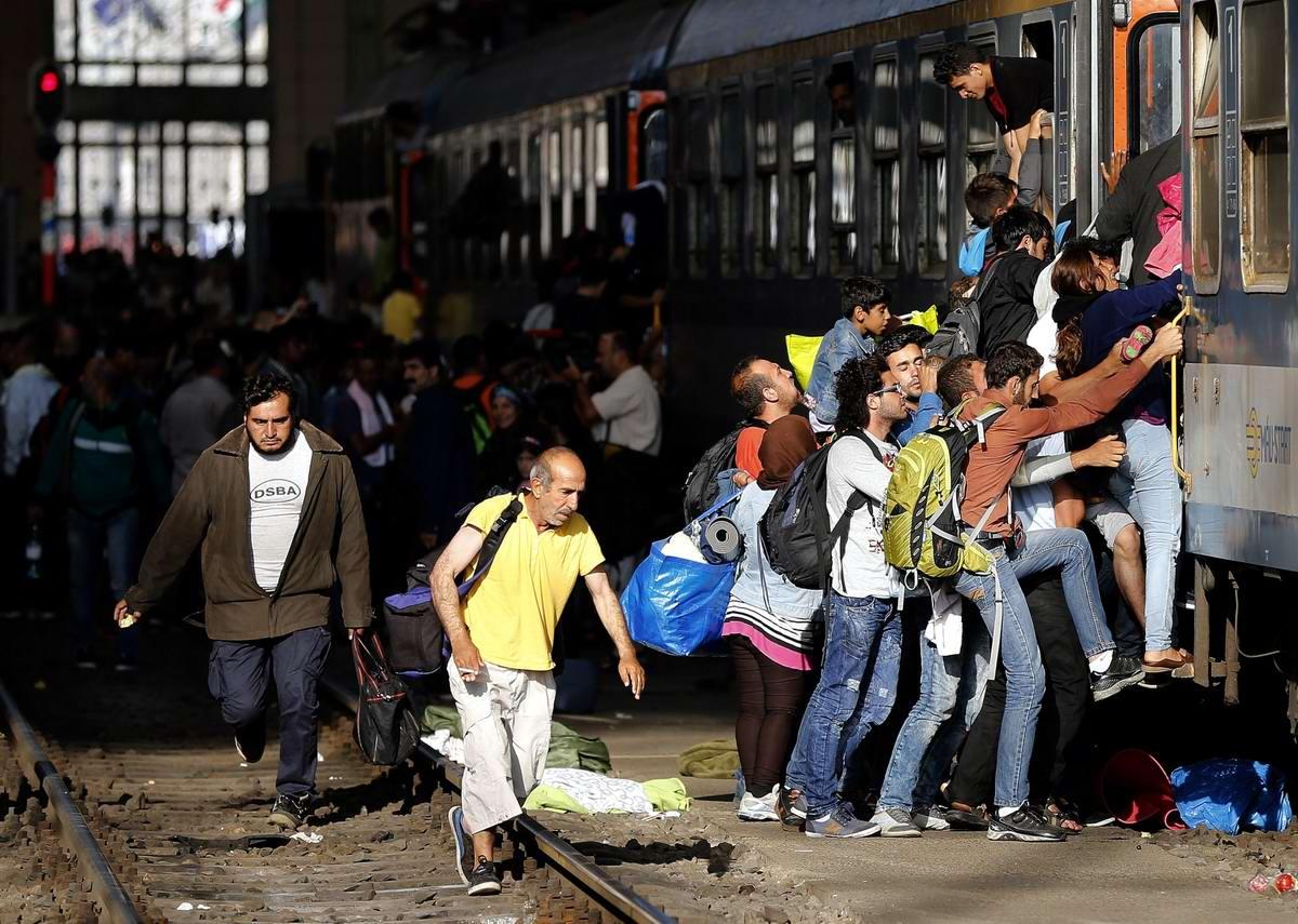 Штурм Будапешта: Мигранты с Ближнего Востока на ж/д вокзал венгерской столицы (28)