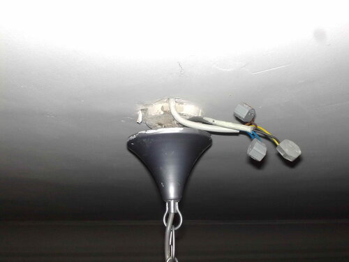 Фото 10. Собственные провода люстры соединяются со стационарным проводом ПВС с помощью клеммников «Ваго-222-412» («Wago-222-412»).
