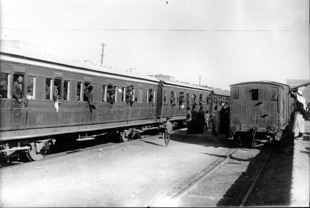 Двести пятьдесят сирот перед отъездом в Армению в 1925 году. Дети-сироты из детского дома в Иерусалиме отправляются по железной дороге в порт Яффо