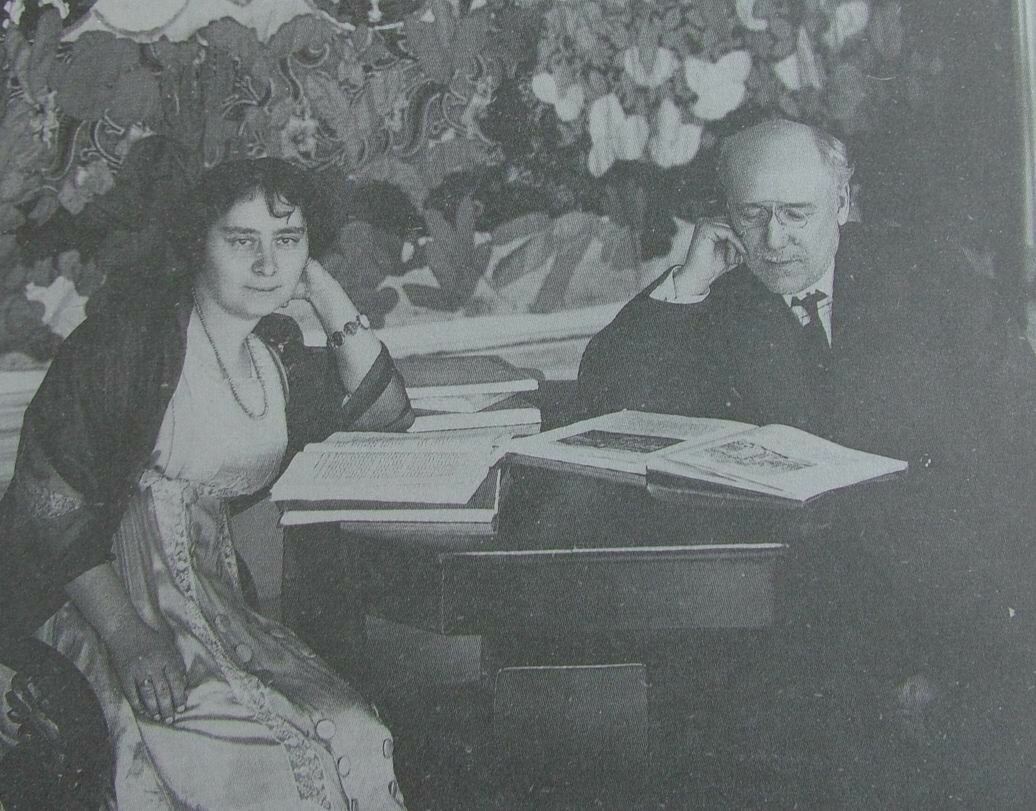 Фёдор Сологуб и его жена Анастасия Чеботаревская у себя дома_1910-e.