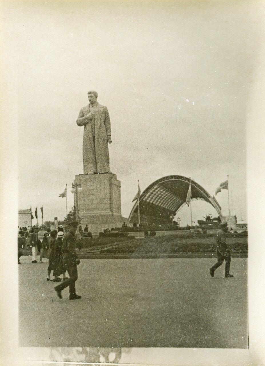 ВСХВ 1940. Памятник Сталину на площади Механизации