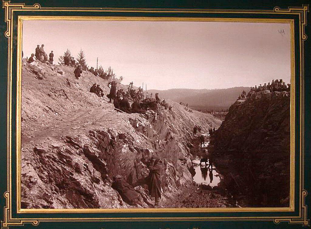 44. Рабочие за выемкой горной породы в горе Косотур