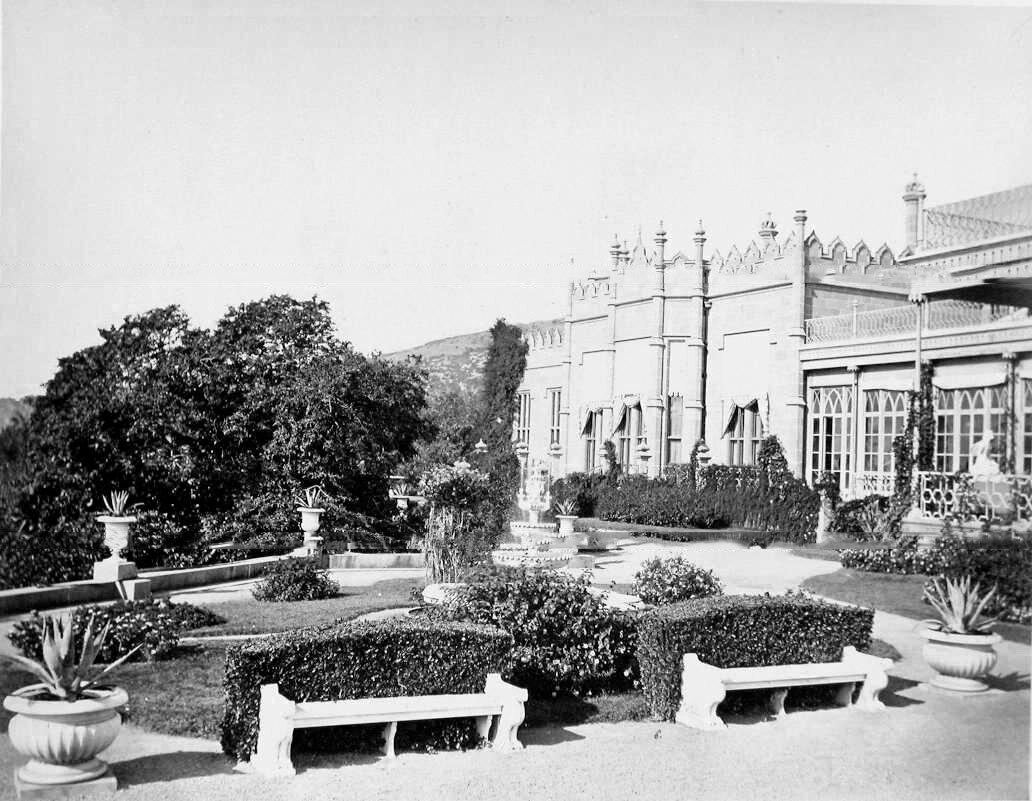 7. Алупка. Вид части фасада дворца графа М.С.Воронцова (архитектор Эдуард Блор, 1828-1848 гг.)