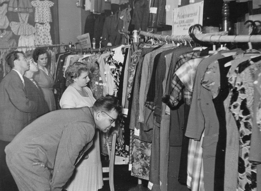 1950-е. На выставке готовой одежды в клубе трамвайщиков