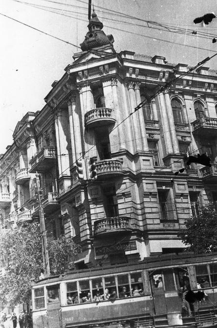 1946.07. Угол улиц Владимирской и Ворошилова (современная улица Ярославов Вал)