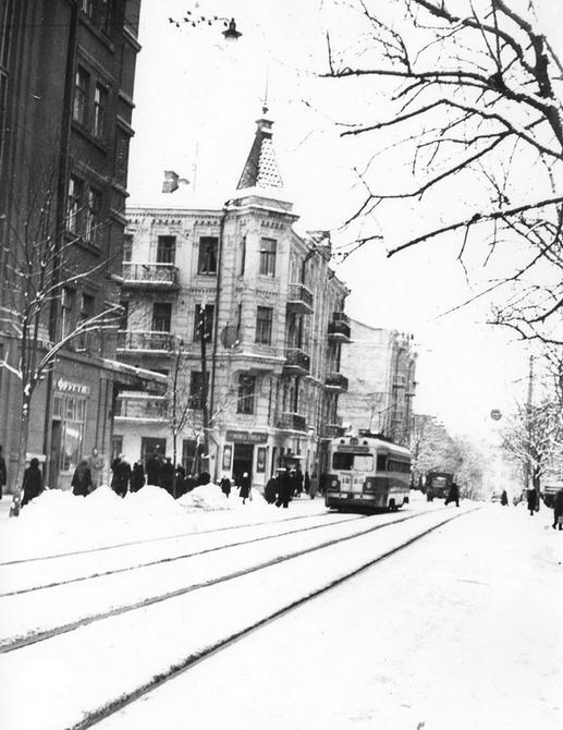 1946.12. Трамвай на улице Ворошилова (ныне улица Ярославов Вал)