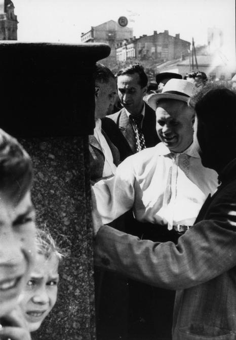 1946.06.22. председатель Совета Министров УССР Н.С.Хрущев  осматривает облицовку уличных фонарей, установленных на Хрещатике
