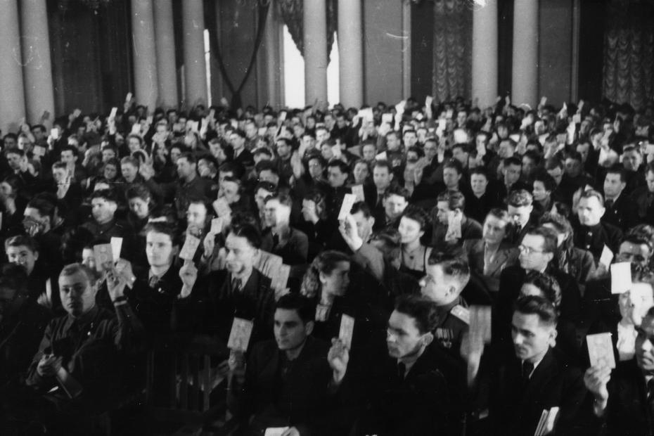 1946.12.13. Делегаты XIII съезда ЛКСМУ (Ленинского коммунистического Союза молодежи Украины) во время голосования