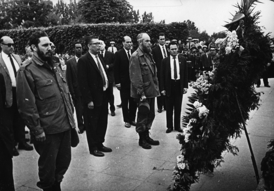 1963.05. Премьер-министр республики Куба Фидель Кастро и сопровождающие его лица у могилы Неизвестного солдата