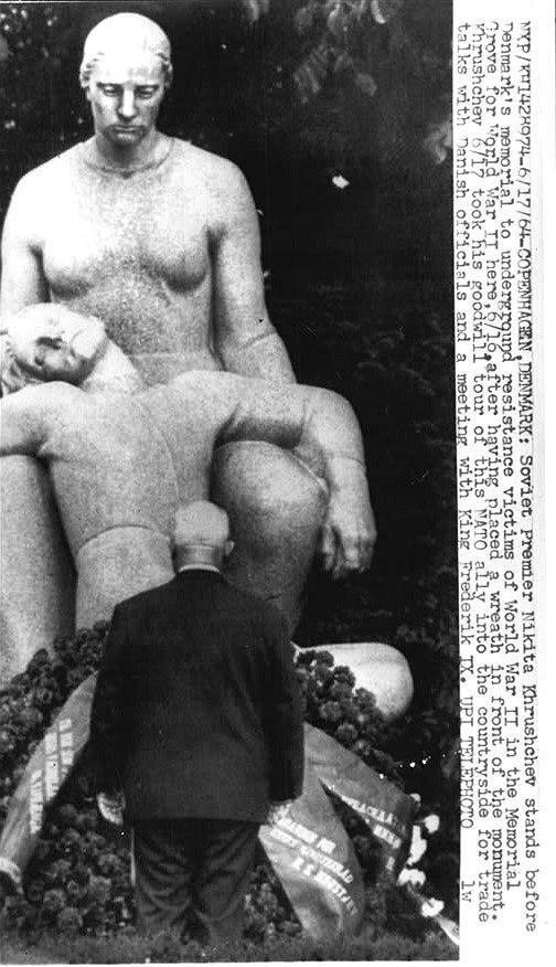 Хрущёв  в Мемориальной роще  перед мемориалом погибшим участникам Сопротивления в ВМВ, после того как он возложил венок к памятнику. 1964., Дания, Копенгаген