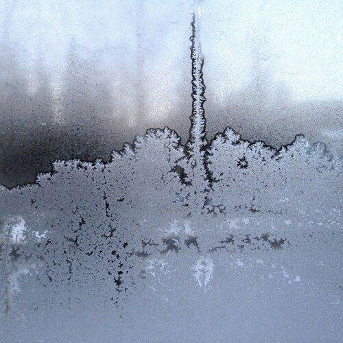 Узоры на оконных стеклах день за днем