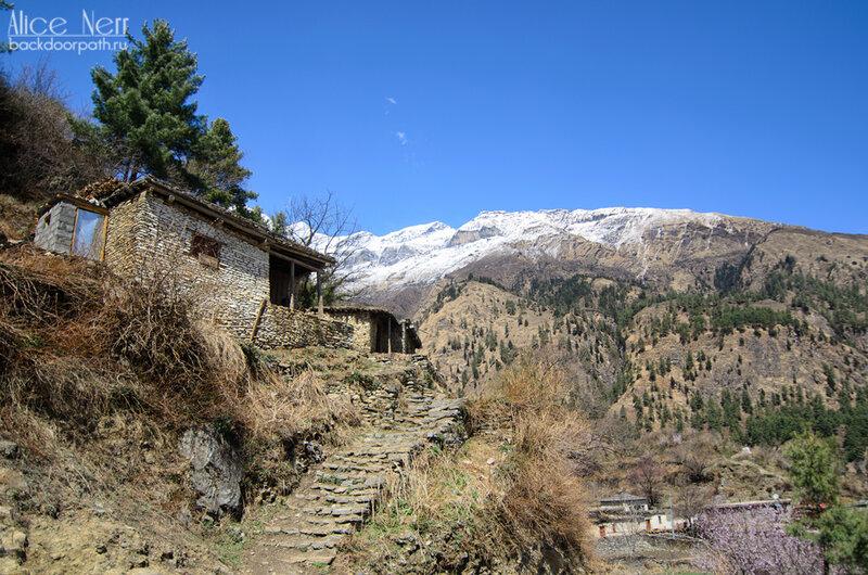 непальская деревенька с каменными домами по дороге к водопаду, анапурна, кобанг, непал, гималаи