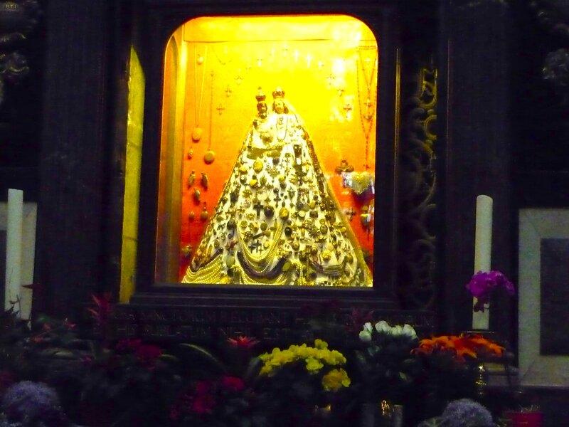PictГлавное богатство собора — золотая гробница с останками волхвов (Ларь трех волхвов), украшенная тысячами драгоценных камней и жемчужин. Эта самая ценная реликвия расположена в самом центре собора и ежегодно привлекает огромное количество паломников и